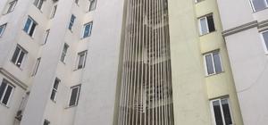 Yangın merdivenin kilitli olması bu kez işe yaradı Adana merkezli 10 ilde sahte polislere yönelik düzenlenen 'Son Alo' operasyonunun firari çete lideri, kaçmaya çalıştığı yangın merdiveni çıkışları kilitli olunca 20 bin lira aylık kira bedeli ödediği lüks apartmanda yakalandı.