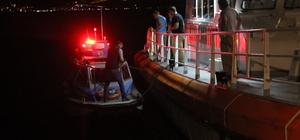 (Özel) Denizin ortasında hareketli dakikalar Motoru arızalanan ve sürüklenen balıkçı teknesini Deniz Polisi kurtardı