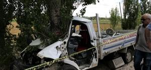Kamyonet önce motosiklete sonra da ağaca çarptı: 1 ölü, 4 yaralı