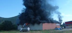 Kozan'da geri dönüşüm deposunda yangın Atık kağıt toplama ve geri dönüşüm deposunda çıkan, Kozan Belediyesi Cenaze Hizmetleri Birimine sıçrayan yangın, itfaiye ekiplerinin müdahalesi sonucu söndürüldü