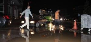 Yarım saatlik yağmur Kocaeli caddelerini dereye çevirdi Yağan yağmur, evlerde, iş yerlerinde ve yollarda sel baskınına sebep oldu Derinceli esnaflar bir ayda ikinci kez mağdur oldu Sabah işyerine giden vatandaşlar, çamur ve sel suyu manzarası ile karşılaştı