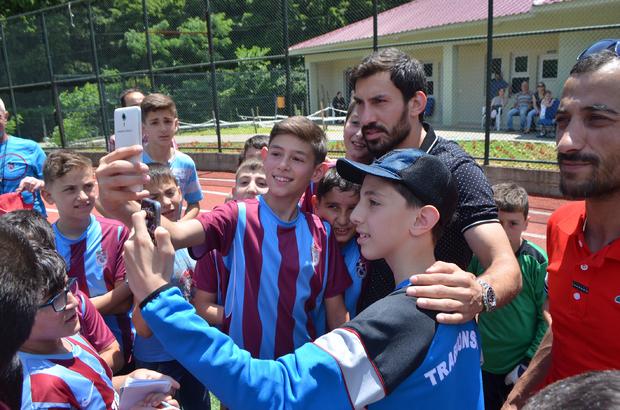 Fenerbahçeli futbolcudan Trabzonspor okuluna ziyaret ile ilgili görsel sonucu