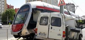 Minibüs ile tramvay çarpıştı: 1 yaralı