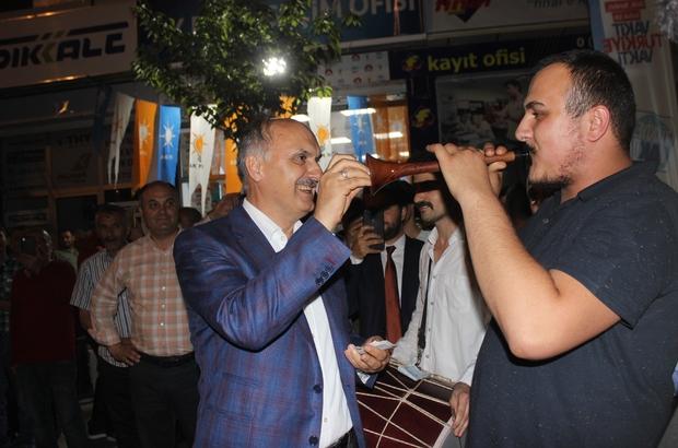 Son sahuru davulcularla yaptılar AK Parti Giresun Milletvekilleri Cemal Öztürk ve Sabri Öztürk Ramazan'ın son sahurunu davulcularla yaptı