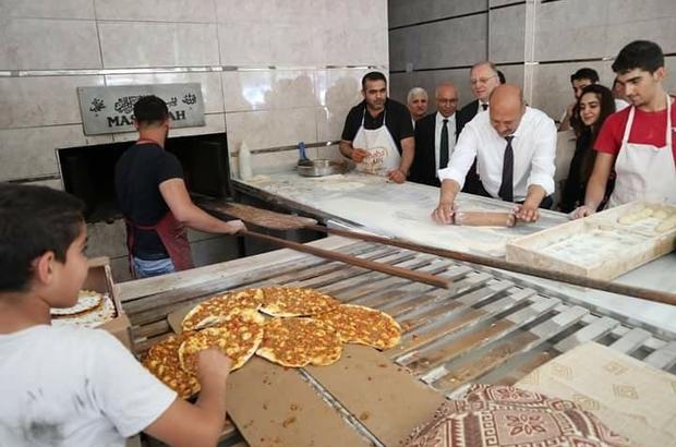Milletvekili adayı marifetlerini sergiledi gücünü gösterdi Fırında ekmek açan Atılgan, gücünü deneyen bir vatandaş ile bilek güreşine tutuştu