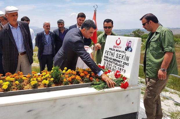 """CHP'li Erol, Şehit Sekin'in kabrine gitti: """"Bir kahramanlık hikayesi yazmıştır"""" CHP Milletvekili Gürsel Erol: """"Bu kahramanlar Türkiye'de olduğu sürece hain PKK terör örgütü asıl hedefine ulaşamayacaktır"""" """"Fethi'nin oradaki kahramanlığı onlarca yüzlerce insanın hayatını kurtardı"""""""