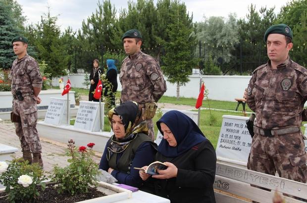 Sivas'ta vatandaşlar mezarlıklara akın etti