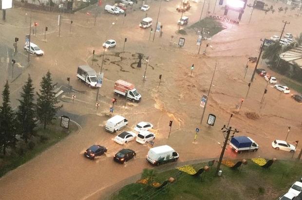 Kahramanmaraş'taki sel felaketi kamerada Otomobiller sel sularında sürüklendi, sürücüler mahsur kaldı