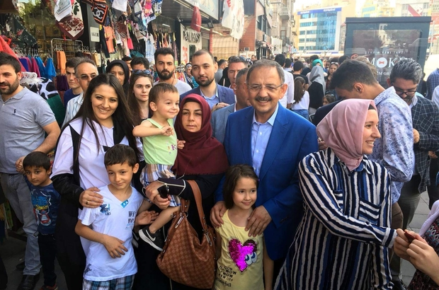 """Bakan Özhaseki bayram alışverişi yapan vatandaşlarla buluştu Çevre ve Şehircilik Bakanı Mehmet Özhaseki: """"Bizim ülkemiz oyunlar oynayamadılar"""""""