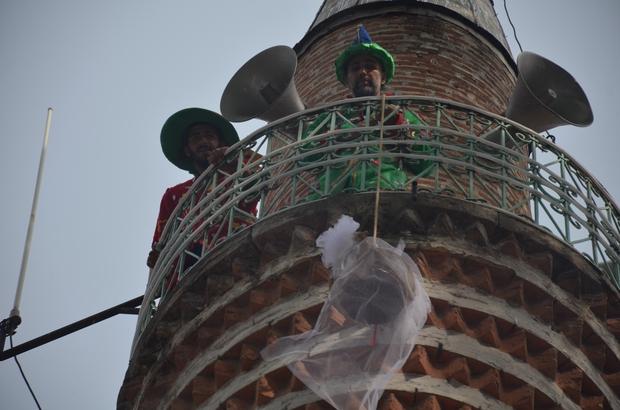 """Minareden şeker sarkıttılar Tarihi Şerifpaşa Camii minareyesine çıkan Hacivat ve Karagöz karakterleri, çocuklar için aşağıya sepetle şeker sarkıttılar Bayramın gelişini müjdeleyen yüzyıllar öncesine ait geleneği yeniden yaşattılar Bilecik Belediye Başkanı Nihat Can; """"Bu, 700 yıllık bir Osmanlı geleneğimiz"""""""