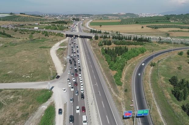 Bursa'da bayram tatili yoğunluğu havadan böyle görüntülendi Bayram tatili sebebiyle İstanbul ve Bursa'dan güneye doğru trafik yoğunluğu İHA ekibi tarafından havadan görüntülendi Polis ve jandarma da havadan helikopterle trafik yoğunluğunu denetledi