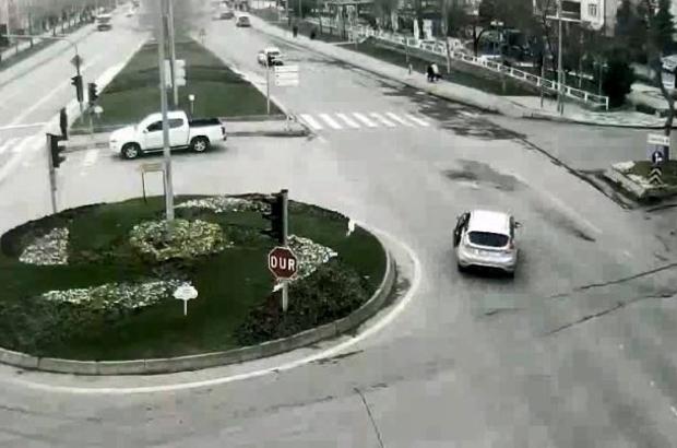 Mobese kameraları şoke etti Kazalı araçla kendisine çarpan aracı kovaladı Kaza anı ve kovalamaca saniye saniye mobese kameraları tarafından kaydedildi Şiddetli çarpışmalar yaşandı