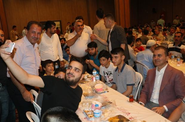 """Bakan Çelik, iftar sofrasında gençlerle buluştu AB ve Başmüzakereci Ömer Çelik: """"Türkiye'de hepimiz eşit vatandaşız"""" Bakan Çelik iftarını yaptıktan sonra gençlerle sohbet etti ardından onlarla selfie çekildi"""
