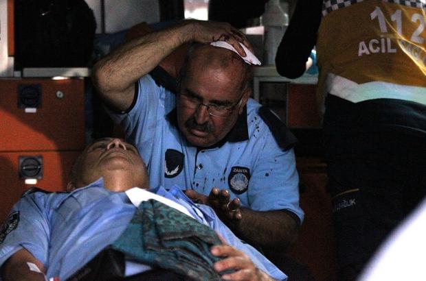 Seyyar satıcılar zabıtalara saldırdı, 1'i bıçakla 2 zabıta yaralandı Konya'da zabıtalarla seyyar satıcılar arasında çıkan tartışma ve arbedede bir zabıta bıçakla, diğer zabıta ise demir sopayla yaralandı