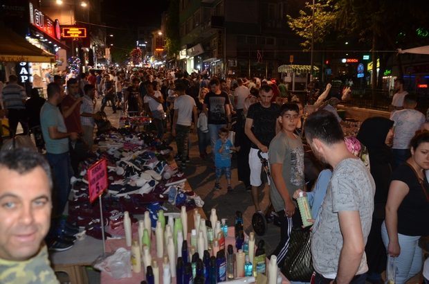 Bursa'da bayram alışverişinde adım atacak yer kalmadı Bayrama saatler kala Bursa'da bayram alışverişi çılgınlığı tüm hızıyla devam ediyor