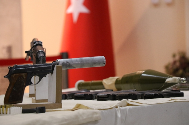 Diyarbakır'da suikast hazırlığındaki 5 terörist yakalandı Teröristlerin, AK Parti adayları ve devlet büyüklerine saldırı hazırlığında olduğu öğrenildi Teröristlerle birlikte susturucu takılmış tabanca ile çok sayıda silah ve mühimmat ele geçirildi