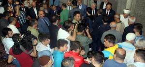 """Bakan Özhaseki vatandaşlarla bayramlaştı Çevre ve Şehircilik Bakanı Mehmet Özhaseki: """"Ülkemizin başındaki belaları rabbim biran önce def etsin"""""""