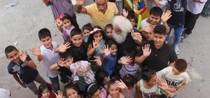 """Bayram ikramiyesini yoksul çocuklara dağıttı Emekli Erol Baksi, bayram geleneğini sürdürmek için bin liralık bayram ikramiyesini mahalledeki yoksul çocuklara dağıttı Emekli Erol Baksi: """"Çocukların mutluluğu her şeyden önemli"""" Bayram harçlığı, şeker ve hediyeler alan çocuklar çok mutlu olduklarını söyledi"""