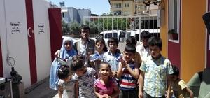 Simitçiden savaş mağduru çocuklara bayram hediyesi Ayhan mülteci kampında 800 çocuğa ayakkabı dağıttı