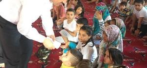 İmam maaşını çocuklara bayram harçlığı olarak dağıttı