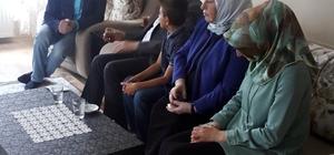 Başbakan Yıldırım çay davetini geri çevirmedi Başbakan Binali Yıldırım Sivas mitingi sonrası pankart açarak evine çay içmeye davet eden Akkaya ailesinin isteğini geri çevirmedi