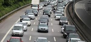 TEM'de bayram dönüşü trafiği başladı Otoyol Sakarya-Kocaeli geçişinde kilometrelerce araç kuyrukları oluştu