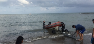 Akrabalarıyla serinlemek için denize giren bir kişi kayboldu Adana'da ailecek denize giren 4 kişi boğulma tehlikesi geçirirken, 3 kişi vatandaşlar tarafından kurtarıldı. Bir kişi ise denizde kayboldu