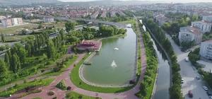 Şehrin ortasında yabani hayat Yıllar önce parka bırakılan yaban ördekler şehir hayatına alıştı Onlarca yaban ördeği Eskişehir'de hayatlarına devam ediyor