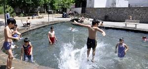 Çocuklar 'süs havuzu' sezonunu açtı Diyarbakır'da sıcaktan bunalan çocuklar, süs havuzlarına akın etti