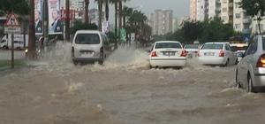 Adana'da yollar nehre döndü Şiddetli yağış nedeniyle sular altında yolda ilerleyemeyen sürücüler, yağmurun dinmesini ve suların çekilmesini bekledi