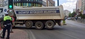 Cumhurbaşkanı adayı İnce'nin mitingi öncesi yoğun güvenlik önlemleri alındı Meral Akşener'in yolunu kapattığı ileri sürülen çöp kamyonları ile yollar yeniden trafiğe kapatıldı