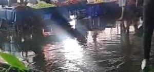 Edremit'e yağmur yolları göle çevirdi Cumhuriyet Mahallesi'nde bulunan pazar yerini su bastı, vatandaşlar zor anlar yaşadı