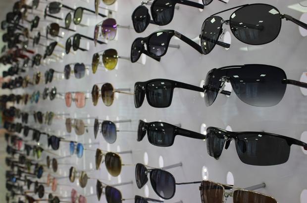 """Güneş gözlüğü alırken bu uyarılara dikkat Uzman optikçi Bekir Yeler; """"Katarakt oluşması, göz yansıması ve cilt kanserine sebep olabilen sahte gözlük çok tehlikeli"""" """"Sahte gözlükler atık plastik ve metallerin geri dönüşümden yapılmaktadır"""""""