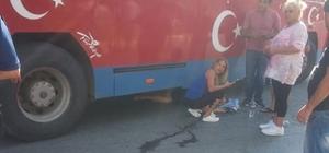 Safari otobüsünün altında kalan kadın ölümden döndü Antalya'da safari tur otobüsünün çarparak altına aldığı yaşlı kadın kazayı kırıklarla atlattı