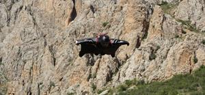200 kilometre hızla kayalıkların üzerinden süzülen pilotlar nefes kesti