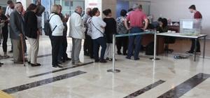 Gurbetçiler oy kullanmaya devam ediyor Elazığ Havalimanında bölge Elazığ başta olmak üzere bölge illerden gelen gurbetçilerin oy kullanması devam ediyor