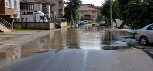 Tahliye mazgalının üzerine asfalt atıldı, sokak sular altında kaldı Sokakta biriken su, çocukların oyun alanı oldu
