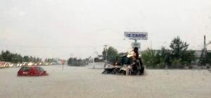 Denizli'de şiddetli yağış hayatı felç etti Denizli-Afyon yolu ulaşıma kapandı