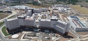 """Erdoğan'ın """"Hayalim"""" dediği bir hastane daha bitti Yapımı tamamlanan ve 23 Temmuz'da açılması planlanan 4 bin personelin görev yapacağı bin 38 yataklı """"Elazığ Şehir Hastanesi""""nde son rötuşlar yapılmaya başlandı İl Sağlık Müdürü Doç. Dr. Cahit Polat: """"Bin 38 yataklı, içinde 300 yataklı kadın doğum ve çocuk hastanesi var"""" """"Organ nakli, tüp bebek, iyot tedavisi, radyasyon onkolojisi gibi özellikli sağlık hizmetleri de sunulacak"""" """"355 bin metrekare kapalı alanı var, 4 bin personel hizmet verecek"""""""