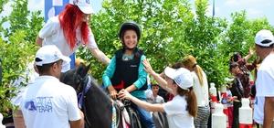 Suriyeli çocuklar, atlarla doyasıya eğlendi Türkiye Jokey Kulübü, 20 Haziran Dünya Mülteciler Günü'nde Adana'da gerçekleştirdiği Pony Club aktivitesi ile Pony atlarını Sarıçam Mülteci Kampındaki çocuklarla buluşturdu