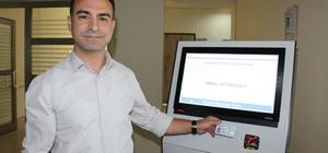 """Karaman Devlet Hastanesinde kiosk uygulaması Başhekim Dr. Osman Açıkgöz: """"Bu cihaz sayesinde artık kimse bir başkasının yerine sıra alamayacak"""""""