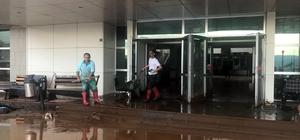 Giresun'da sağanak yağış sonrası hastaneyi su bastı Giresun'un Şebinkarahisar ilçesinde etkili olan sağanak yağmur sonrası caddeler göle döndü