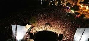 Ordu'da Murat Boz izdihamı Murat Boz Ordu'da 60 bin kişilik miting alanında 40 bin kişiye konser verdi