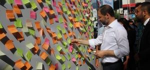 Hataylılardan milletvekillerine ilginç notlar Vatandaşlar, 'Nikah şahidim olur musun?', 'İskenderun il olsun', 'Hatay 5'ten büyük' şeklindeki istek ve temennilerini  yazdıkları notları seyyar platforma yapıştırdı