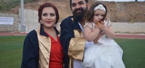 """Her şey 4 yıl içinde oldu Üniversite eğitim için geldikleri Bilecik'e tanışıp evlendiler, kucaklarındaki 3 yaşındaki çocukları ile bu yıl mezun oldular Batuhan ve Gülcan çiftinin 4 yıl üniversite okumak için geldikleri Bilecik'te hayatları değişti 23 yaşındaki genç âşıklar, mezuniyet törenine 3 yaşındaki kız çocuğu ile geldiler Batuhan Arı; """"Tanıştık birbirimizi sevdik, evlendik, sonra bir kızımız oldu"""" Gülcan Arı; """" Âşık olduk diyelim, yıldırım nikâhıyla evlendik"""""""