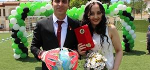 Kaleci antrenörünün nikahı böyle olur Adliyede tanıştılar, futbol sahasında evlendiler Evlenme cüzdanını eline alan gelin, kaleye geçen eşine 2 gol attı