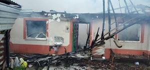 Çatıda başlayan yangın evi küle çevirdi