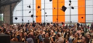 """970 öğrencinin mutlu günü Bilecik Şeyh Edebali Üniversitesi Meslek Yüksek Okulu öğrencileri mezun oldu, kep attı Bilecik Şeyh Edebali Üniversitesi Rektörü Prof. Dr. İbrahim Taş; """"Bugünü bir ayrılık günü olarak görmeyin"""""""