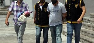 """280 bin lira dolandıran sahte polisi, 'simitçi' ve 'bici bicici' polisler yakaladı Adana'da daha önce 4 kişiyi arayıp kendisini 'Komiser Kemal' olarak tanıtıp vatandaşlardan 280 bin lira dolandırdığı ileri sürülen zanlı, özel güvenlik elemanını arayınca suçüstü yakalandı Zanlının aradığı kişilere kendini polis olarak tanıtıp, """"Kuyumcuda hırsızlık oldu altın ve para çalındı, senin kimliğin de orada bulundu, sen suçsuzsun ancak soruşturma kapsamında senin evde bulunan altın ve paralarını çalınanlarla karşılaştırmamız lazım"""" diyerek dolandırdığı ortaya çıktı"""