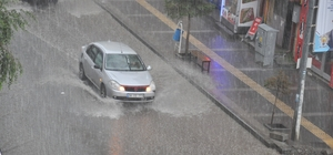 Kars'ta sağanak yağış caddeleri sular altında bıraktı